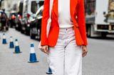 Sommer-Streetstyles: Helle Boyfriend-Jeans mit Blazer in Koralle