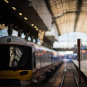 Ein in den Bahnhof einfahrender Zug