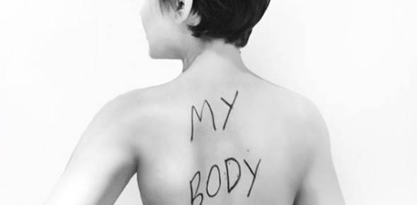 """Australien: Nadia Bokody von hinten mit dem Schriftzug """"My body my choice"""" auf dem nackten Rücken"""