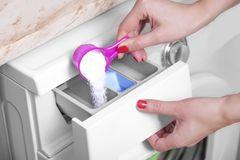 Waschmittel: Pulver in Waschmaschine