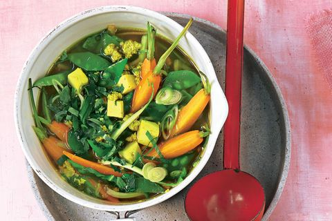 Kraftbrühe mit Gemüse und Eierflocken