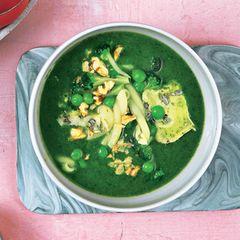 Grüne Minestra mit Käse und Walnuss