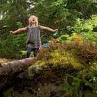Familienurlaub in Schweden: Mädchen im Wald steht im Regen