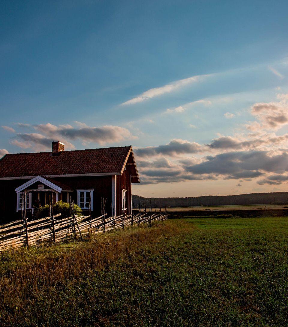 Familienurlaub in Schweden: Haus vor Sonnenuntergang