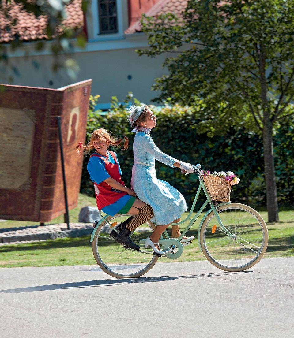 Familienurlaub in Schweden: Pippi Langstrumpf auf dem Gepäckträger eines Fahrrads