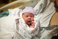 England: Neugeborenes im Krankenhausbett