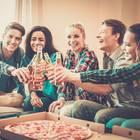 Einweihungsparty: Junge Freunde stoßen an, Pizza und Bier