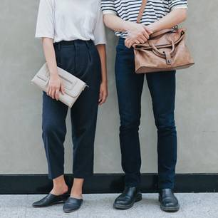 Gendersensible Sprache: Beine von einem Mann und einer Frau