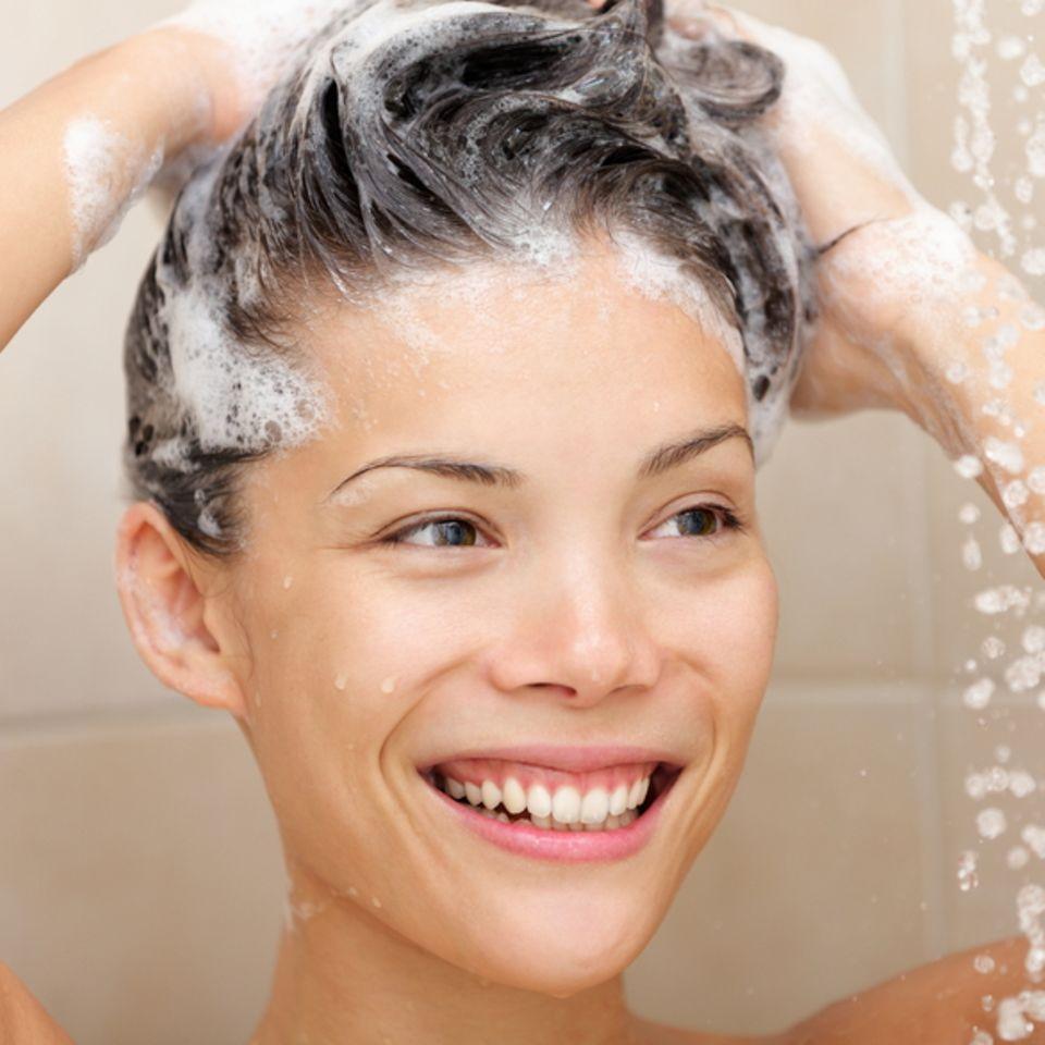 Mizellen-Shampoo: Frau shamponiert ihre Haare
