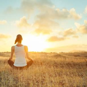 Stress abbauen: Frau meditiert