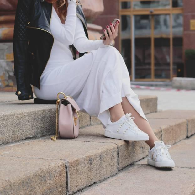Sneaker zum Kleid stylen: Frau mit weißen Schuhen und Maxikleid