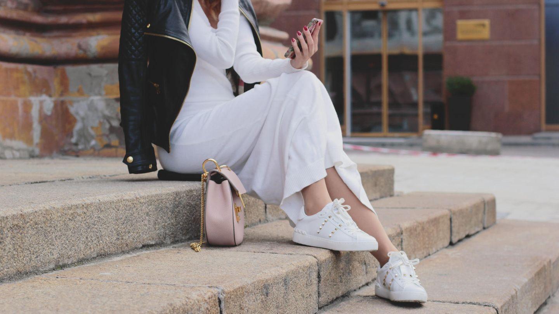 sneaker zum kleid stylen: so lässig geht der trend-look
