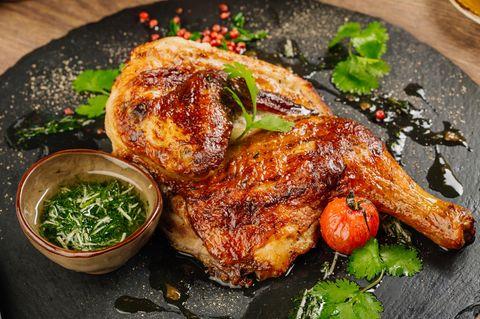 Geschmorte Piment-Hähnchenkeulen auf Teller