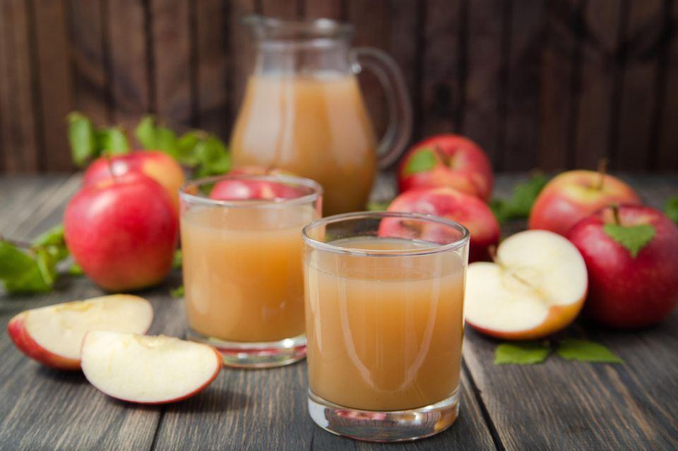 Apfelsaft selber machen: Selbstgemachter Apfelsaft in Gläsern