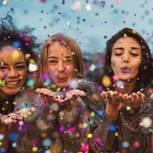 Sich selbst feiern: Frauen mit Konfetti