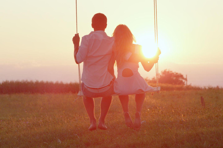 Neu in der Partner verlieben: Paar auf Schaukel