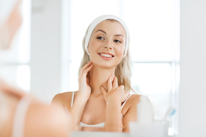 Fibrom entfernen – Frau betrachtet sich im Spiegel