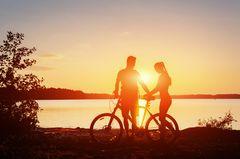 Jugendliebe: Paar am See