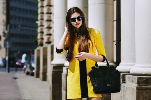 Trendfarbe Gelb: Frau mit gelbem Kleid