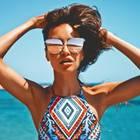 Sonnenbrille rutscht von der Nase: Frau mit Sonnenbrille