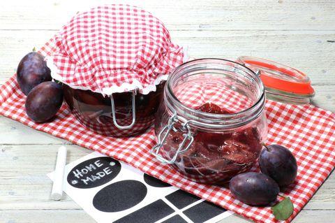 Pflaumen einkochen: Pflaumen in Einmachgläsern