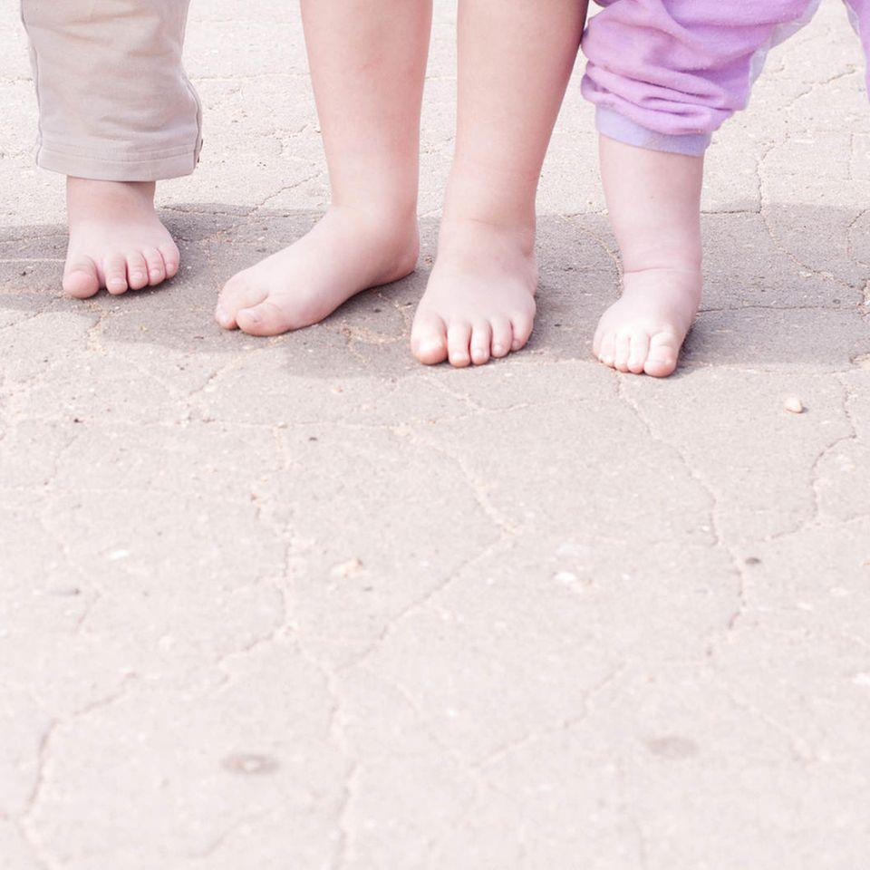 UK: Acht Füße von sehr kleinen Kindern