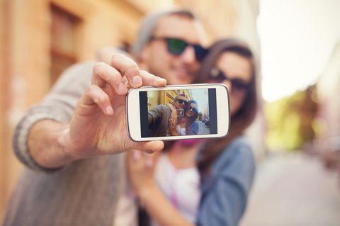 Instagram: Ein Pärchen macht ein Selfie mit dem Smartphone