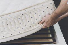 Matratzenbezug waschen: Matratzenbezug entfernen