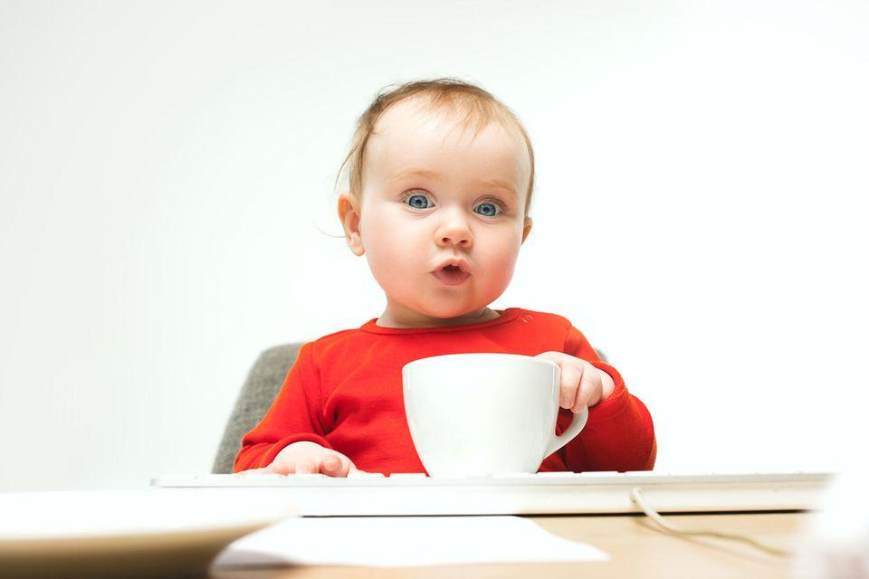 Baby mit Tasse
