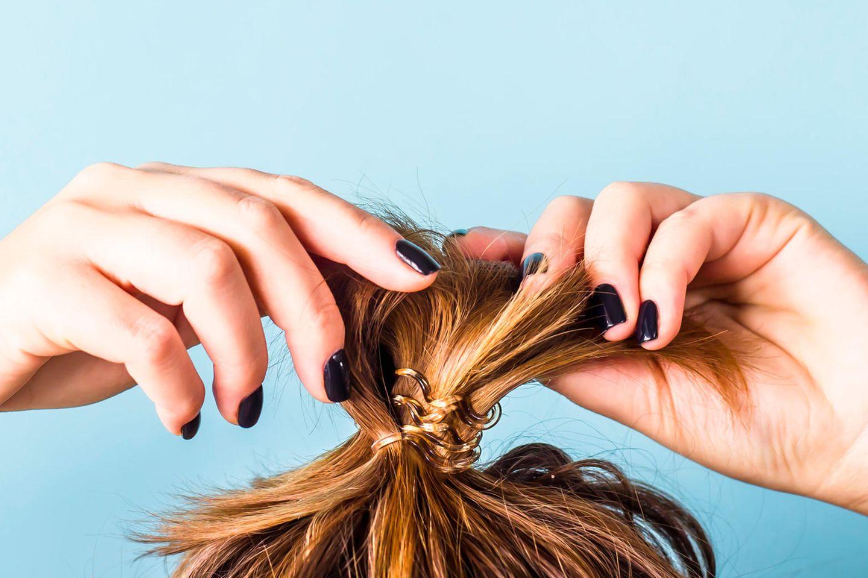 Beauty-Fehler: Frau mit Dutt und ungewaschenen Haaren