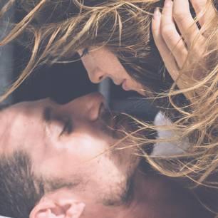 Necking: Paar im Bett beim Necking