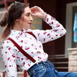 Cherry-Print: Frau mit weißer Cherry-Print-Bluse