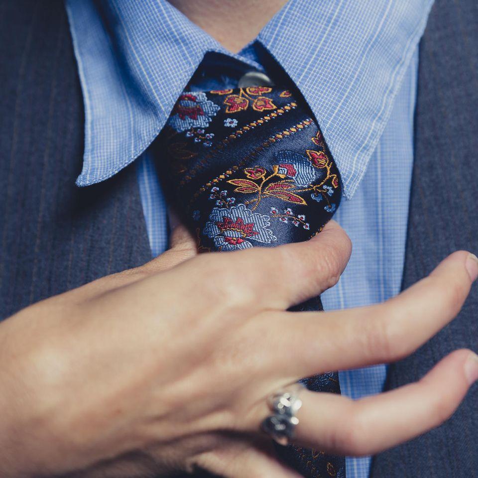 Drittes Geschlecht: Hand an Krawatte