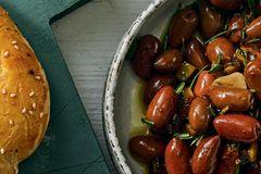 Eingelegte Oliven mit Salzzitrone