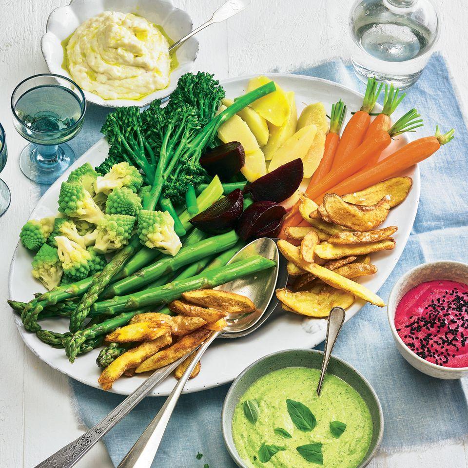 Gemüseplatte mit dreierlei Dips