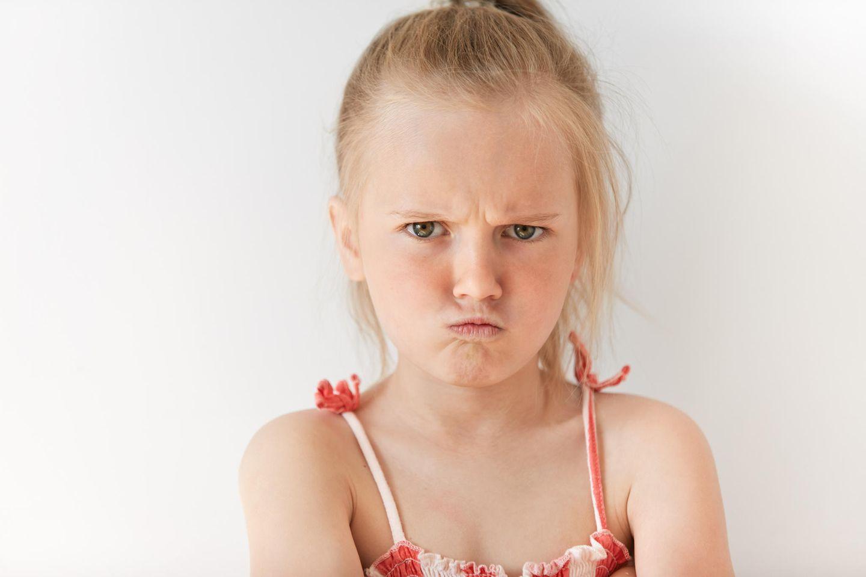 Unerzogen: Mädchen guckt sauer