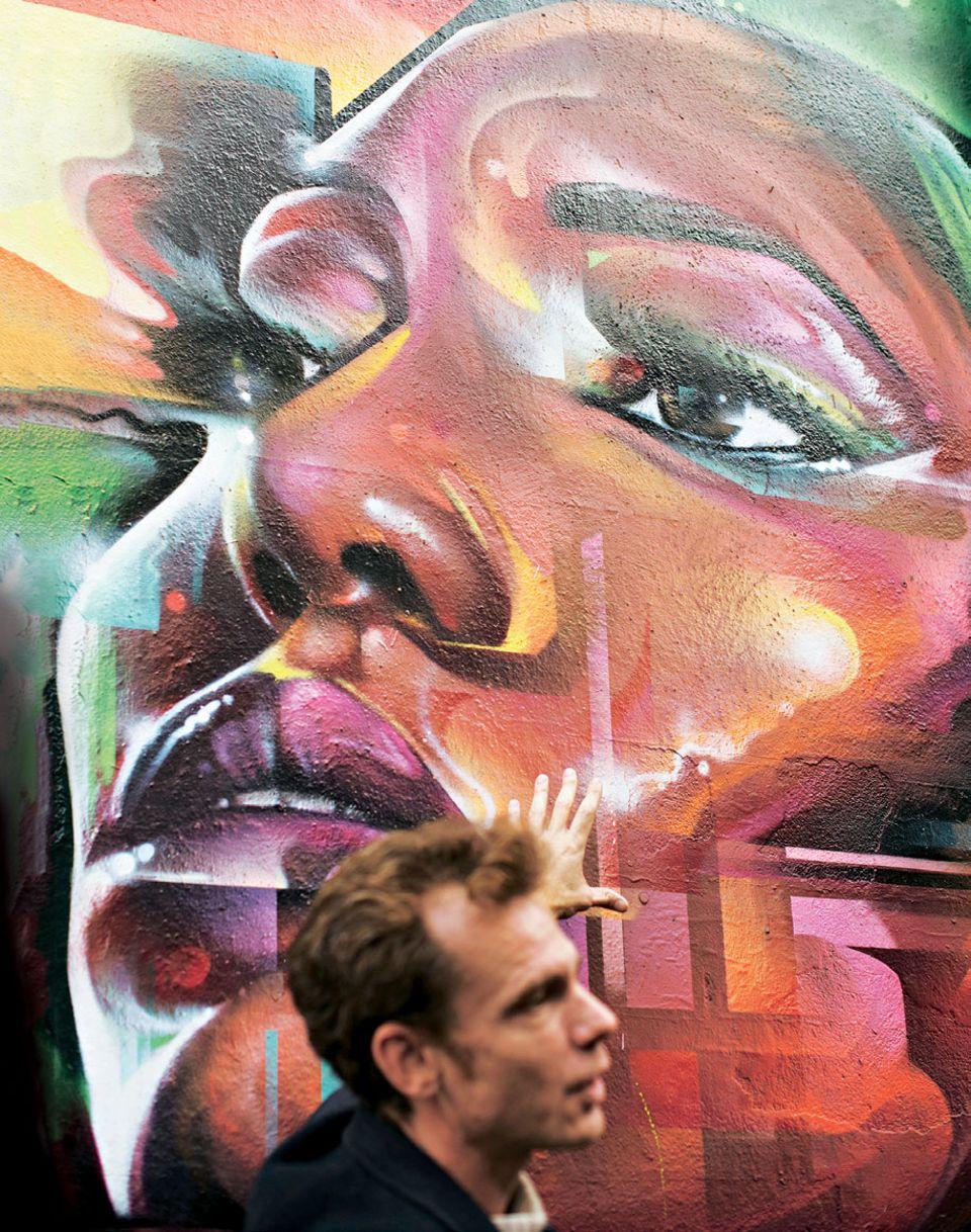 Airbnb Entdeckungen: Mann vor Graffitti