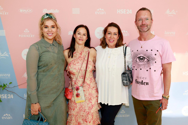 Model Mona Buckenmaier (v. l.), Brigitte.de-Chefredakteurin Doris Brückner,Riani-Geschäftsführerin Martina Buckenmaier und GALA-Modechef Markus Luftposieren für die Kamera.