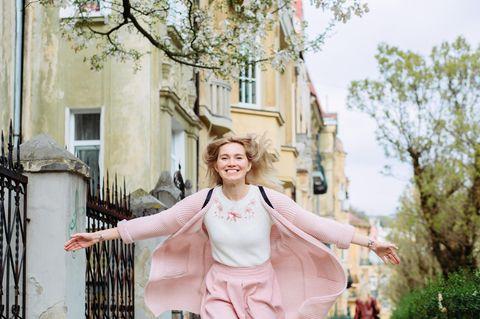 Lagom - glückliche Frau läuft durch die Straßen