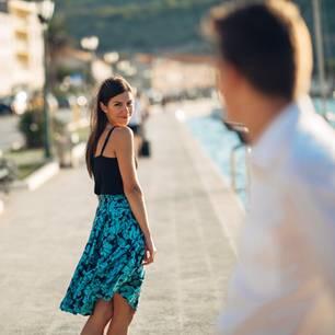 Gatsbying: Eine Frau macht einem Mann schöne Augen
