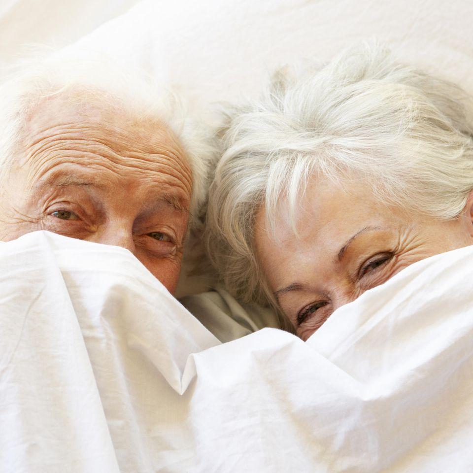 Geheimnisse einer langen Beziehung: Älteres Pärchen im Bett