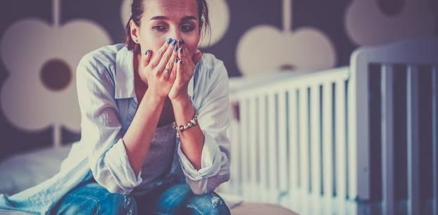 Schuldgefühle bei Müttern: eine erschöpfte Mutter mit schlechtem Gewissen