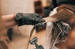 Strawberry Blonde: Frau beim Haarefärben
