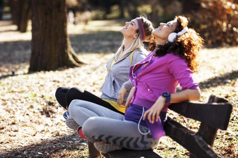 Angewohnheiten von schlanken Menschen: Zwei Frauen auf Bank