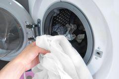 Hemden waschen: Weißes Hemd in der Waschmaschine