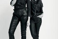 Mutter-Tochter-Looks: Mutter und Tochter in schwarzen Biker-Outfits