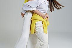 Mutter-Tochter-Looks: Mutter und Tochter in weißen Outfits mit jeweils einem knallgelben Teil