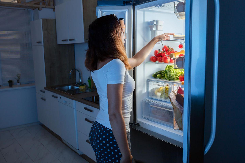 Kühlschrank stinkt: Frau am Kühlschrank