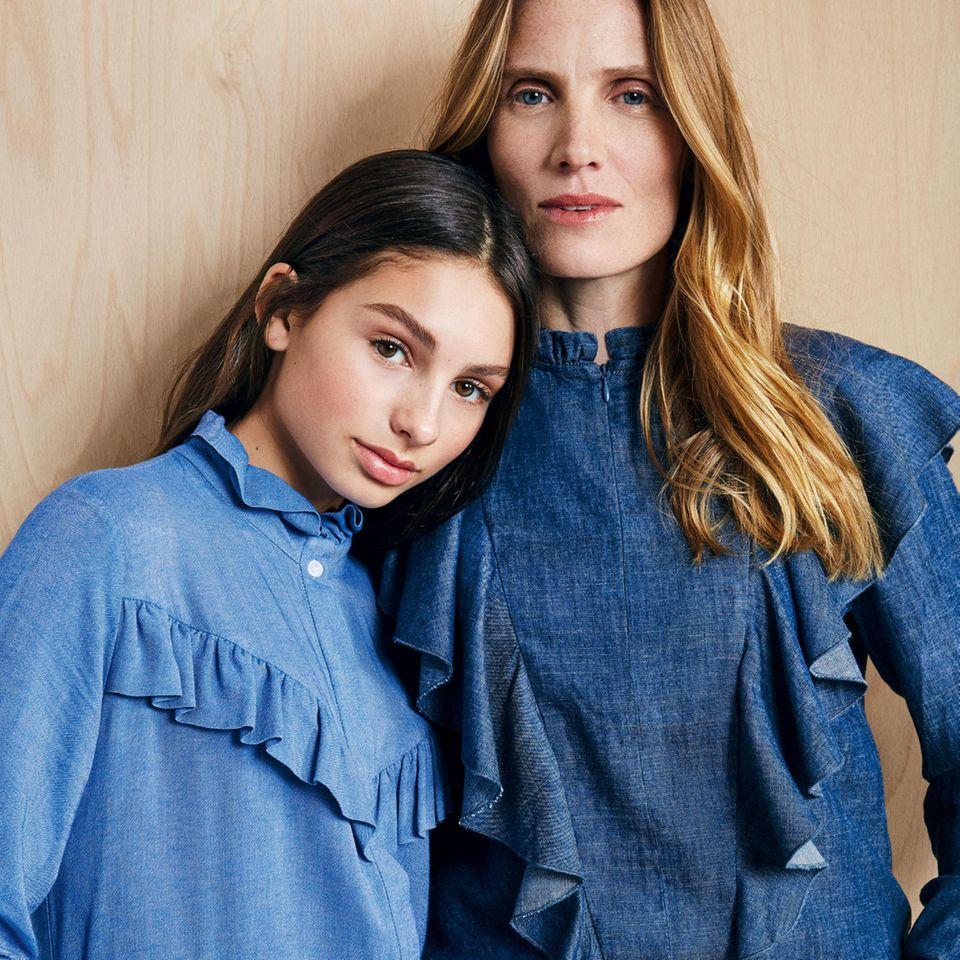 Mutter-Tochter-Looks: Mutter und Tochter in blauen Denim-Blusen