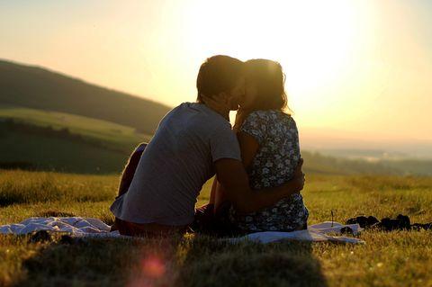 Warum gehen alle meine Beziehung in die Brüche: Paar küsst sich